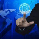 crte monde, doigt sur logo bitcoin