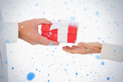 main masculine tenant un cadeau qui est tendu à une autre personne