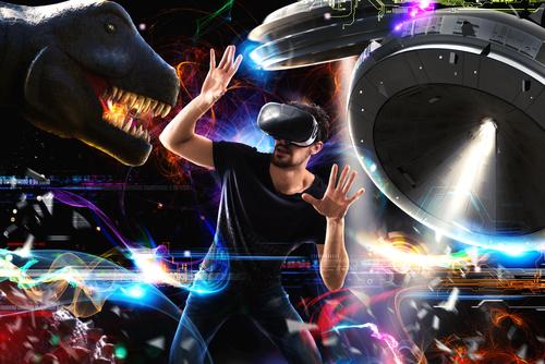 jeune homme portant un casque de réalité virtuelle et découvrant une multitude de nouveaux mondes