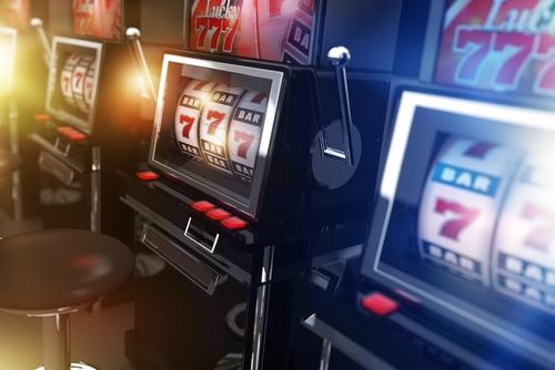 diverses machines à sous présentent dans un casino