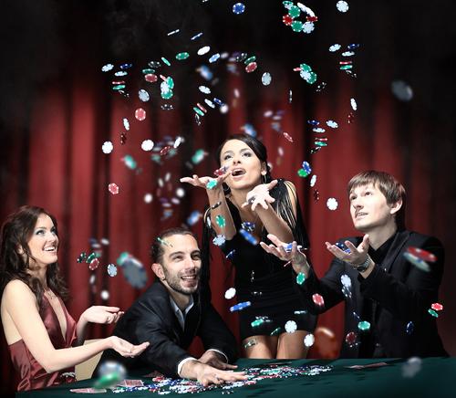 groupe d'hommes et femmes jouant à une table de jeu