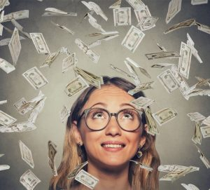 femme souriante avec beaucoup d'argent