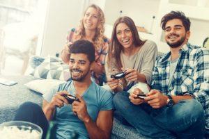 groupe d'amis jouant en ligne